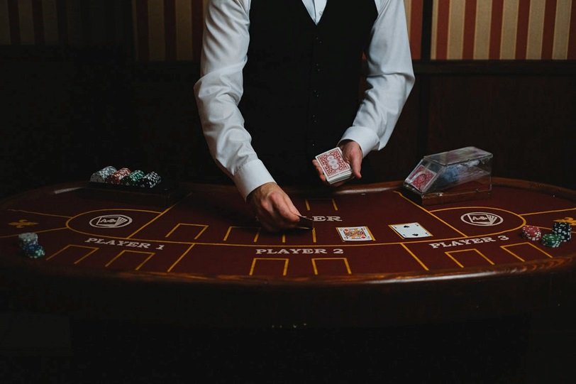 The Main Differences Between Live Poker & Online Casino Poker